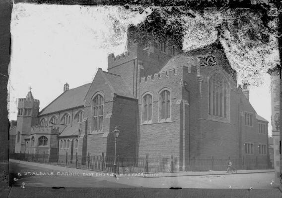 St Alban Caerdydd: golygfa o'r pen dwyreiniol