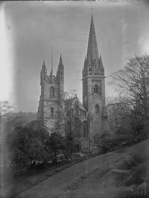 Eglwys Gadeiriol Llandaf (Golygfa o'r Blaen)