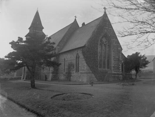 Yr Eglwys, Pontnewydd