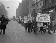 Protest a gynhaliwyd yn Lerpwl yn erbyn y...
