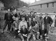 Adeiladwyr yn Llanelltud, Tachwedd 1952