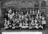Merched yn ysgol Carno, 1890
