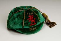 Cap pêl-droed rhyngwladol Cymru, a gyflwynwyd i...