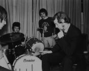 Y grŵp pop Y Blew yn Nhalybont, 1967