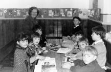 Dosbarth ysgol Sul Capel Cefn Nanau, Llangwm 1967 - dosbarth y plant wrth eu gwaith. Athrawes Jane Hughes