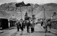 AWC ffotograff o Orymdaith Ysgol Sul y Methodistiaid Blaenau Ffestiniog Baneri Capel y Bowydd a Chapel y Rhiw 1963