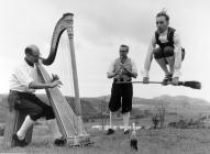 Ffotograff 'The Roberts Trio' Owen H. roberts yn gwneud Dawns y brwsh etc ar gyfer 'Opportunity Knocks'