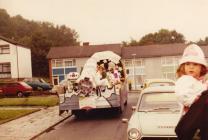 'Close Encounters of Glan yr Ystrad' - enillydd gwobr gyntaf Carnifal Caerfyrddin 1978, yn teithio trwy Glan yr Ystrad, Tre Ioan, Caerfyrddin.