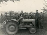 Arddangos tractor Ferguson yn tynnu triniwr tir