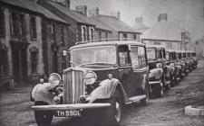 Rhes o geir Castle Garage, yng Nghasllwchwr c. 1950.