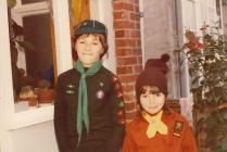 Lance a Kelly Maher yn eu gwisg Cubs a Brownies, 1978