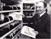 Portread o bostman, Papur Pawb Hydref 1982