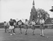 Disgyblion yn chwarae tenis, Ysgol Breswyl Plas...