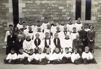 Côr a clerigwyr yn Eglwys Sant Ioan - 1946
