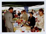 Ymweliad y Tywysog Charles â Llanddarog yn 2003