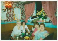 Greta ar noson allan gyda ei chydweithwyr 1980au