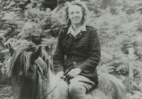 Peggy Jones yn Marchogaeth Ceffyl