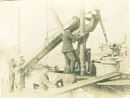 E32 yn llwytho torpidos (c.1918)