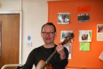 Julian Thomas, arweinydd Music and Memories yn...