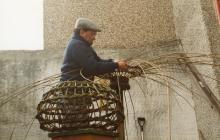 Peter Williams yn gwneud cawell cimwch