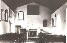 Y tu mewn i Eglwys Llantwit Castell-nedd