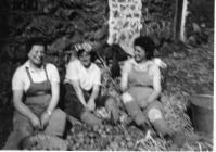 3 Land Army Women