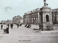 Promenâd Y Rhyl a'r ffynnon ddŵr yfed 1905